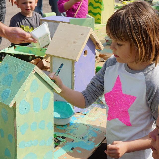 Kid makes recycle birdhouse at workshop