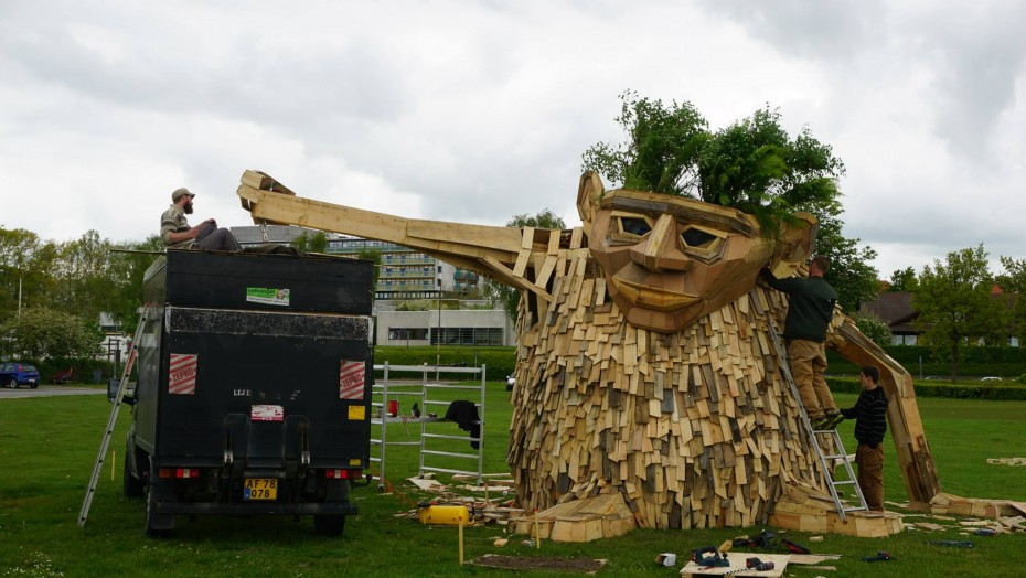Recycled sculpture Troels the trolls finishing