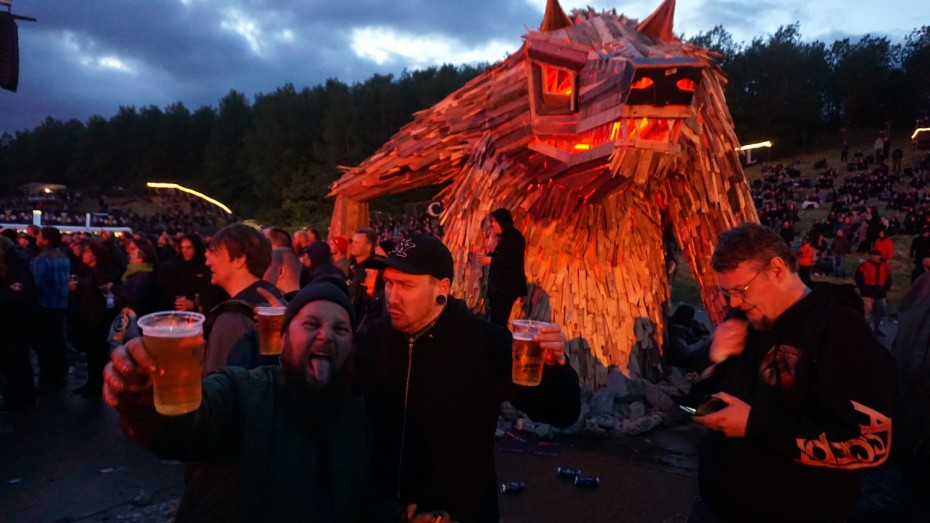Recycle wolf sculpture party